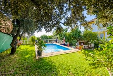 Casa de vacaciones con jardín perfectamente cuidado entre Córdoba y Sevilla