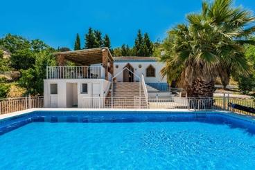 Casa rural de 3 dormitorios con barbacoa y piscina vallada en Rute