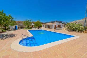 Bonita casa unifamiliar con pista de tenis y piscina