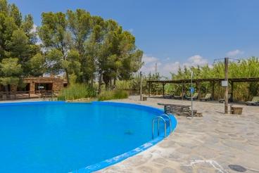 Liebevoll eingerichtetes Haus mit großem Pool und Grill