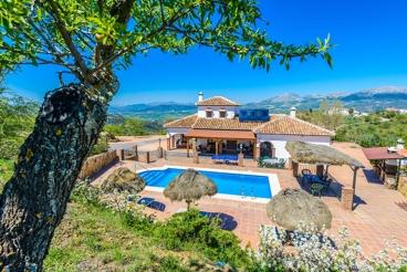 Precioso chalet con piscina, jardín y vistas increíbles