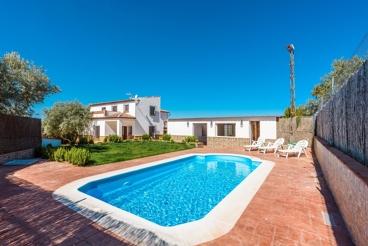 Ruime villa met groot zwembad en whirlpool tub