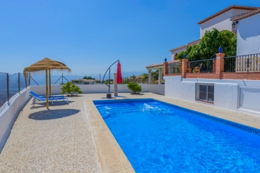 Cozy and colorful villa with pool and wonderful views