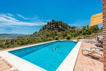 Gemütliches Ferienhaus mit Pool umgeben von Bergen und Orangenbäumen