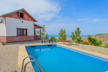Jolie location de vacances en bois avec vues incroyables sur la mer Méditerranée