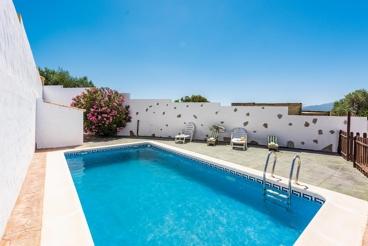 Ferienhaus mit Garten und Pool inmitten von weißen Dörfern