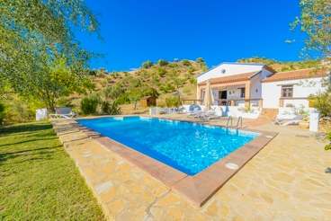 Fantastic holiday home with amazing lake views and pool