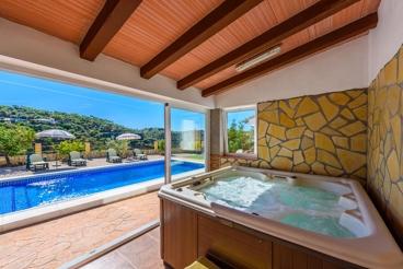 Prachtige Villa met Jacuzzi & Uitzicht op de Bergen
