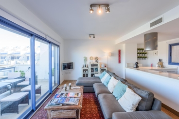 Fabulous two-storey apartment with WiFi and air-con near the beach