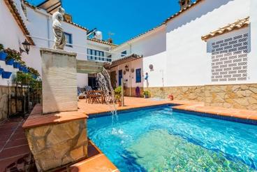 Ferienhaus für bis zu 14 Personen und besonderer Privatsphäre auf der nach innen gerichteten Terrasse