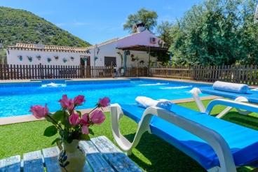 Casa rural con piscina vallada en la subbética cordobesa
