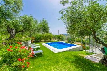 Holiday villa for six people, with fenced pool and lush garden