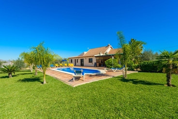 Gorgeous villa with a huge pool, ideal for groups