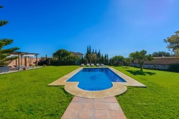 Maravillosa villa con espectacular jardín en Mijas