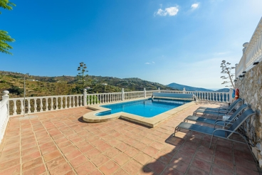 Precious holiday home with sea views and pool