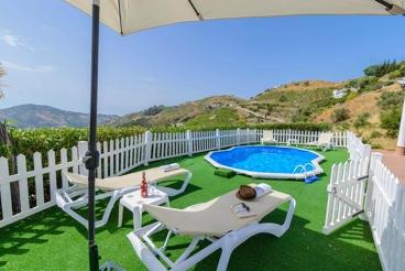 Casa de vacaciones de estilo moderno y con vistas a las colinas