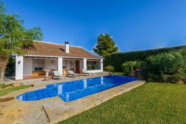 Roomy villa with modern decoration and amazing garden