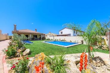 Casa rural acogedora con decoración moderna y jardín bien cuidado