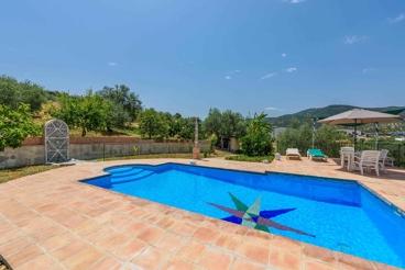 Traditionele Andalusische villa met grote tuin en uitzicht op de bergen