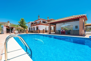 Spacious holiday villa with fenced pool and stunning views