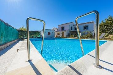 Ferienhaus für zehn Personen und Pool mit Sichtschutz