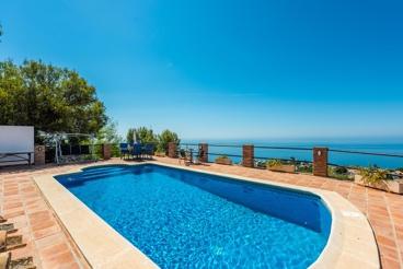 Villa con todas las comodidades y vistas panorámicas al mar