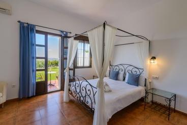 Stilvolles Ferienhaus mit 9 Schlafzimmern und groβem Garten