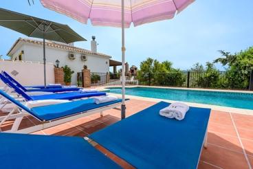 Casa de vacaciones con piscina vallada y amplia terraza en Alozaina