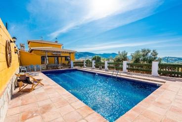 Casa rural con 5 dormitorios y bonita piscina vallada al oeste de Antequera