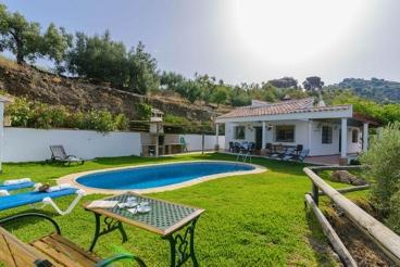 Relajante casa rural con bonito jardín en Sayalonga