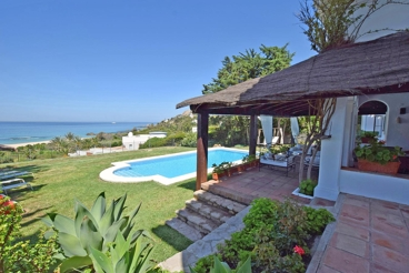 Villa with a lovely indoor patio - a few metres from the beach