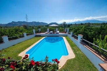 Casa rural ideal para familias con piscina vallada al oeste de Málaga