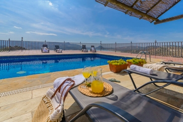 Lovely holiday home with views of the Reservoir of Iznájar