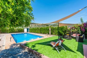 Amplia casa rural rodeada por olivares, con magnífico jardín cerca de Rute