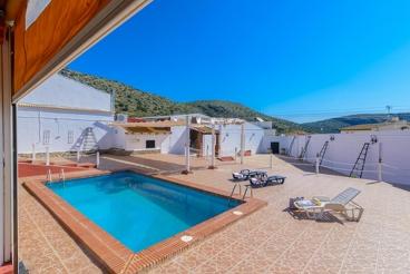 Complejo rural de estilo rústico con magnífico patio y piscina privada