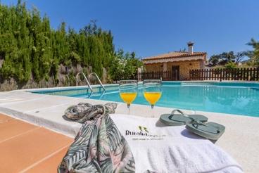 Casa de vacaciones con piscina vallada y vistas al pueblo blanco de Olvera