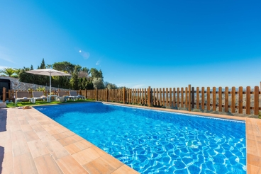 Holiday home with gorgeous hill views from the pool, near Torrox