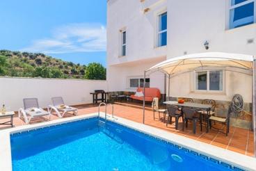 Casa de vacaciones con patio cerrado y piscina privada en Loja