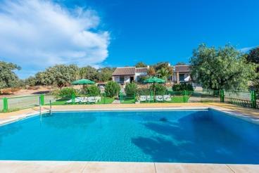 Grand complexe idéal  pour 24 personnes avec piscine clôturée et piste de tennis