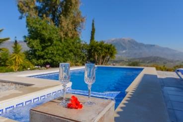 Vakantiehuis met verwarmd zwembad en mooie glazen veranda met uitzicht op het Viñuelameer.