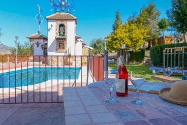 Casa rural con piscina vallada entre Málaga y Granada