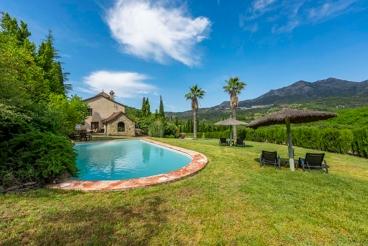 Casa de estilo rústico con amplio jardín privado - ideal para 10 personas
