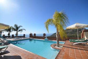 Vakantiehuis dicht bij het strand met zwembad en openhaard in Nerja