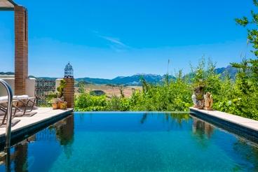 Fabulosa casa con estilo pintoresco y magnífica piscina con vistas