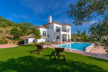 Fabulous luxury villa with spectacular private pool - sleeps 8