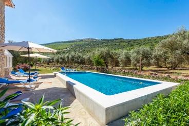Vakantiehuis met zwembad en openhaard in Alfarnate
