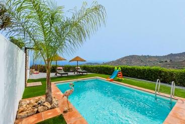 Vakantiehuis dicht bij het strand met zwembad en openhaard in Torrox