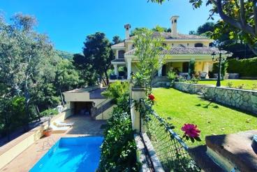 Villa de lujo cerca de la playa con piscina y chimenea en Málaga