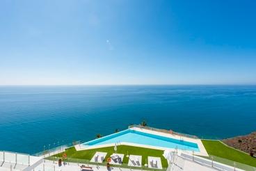 Apartamento cerca de la playa con piscina y jardín en Nerja