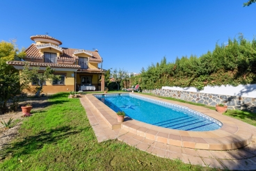 Holiday Home with swimming pool and garden in Otura